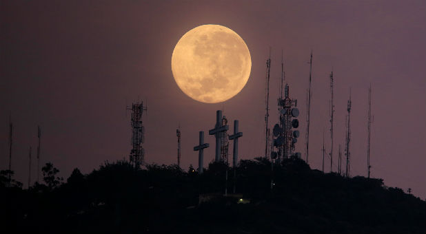 طلوع ماه کامل برفراز تپهای در کالی، کلمبیا (عکس از Jaime Saldarriaga/رویترز)