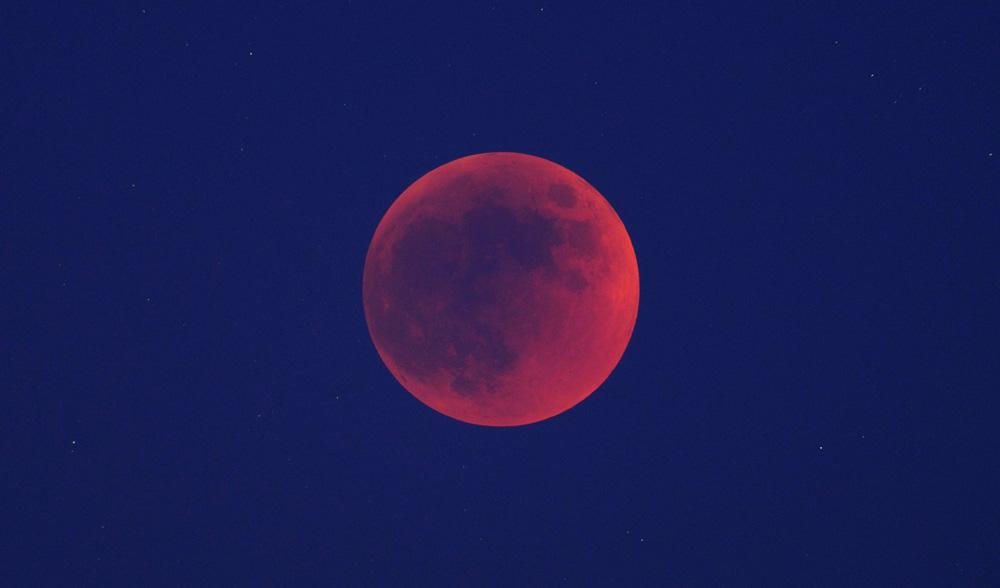 ابَر ماه آبی خونآلود