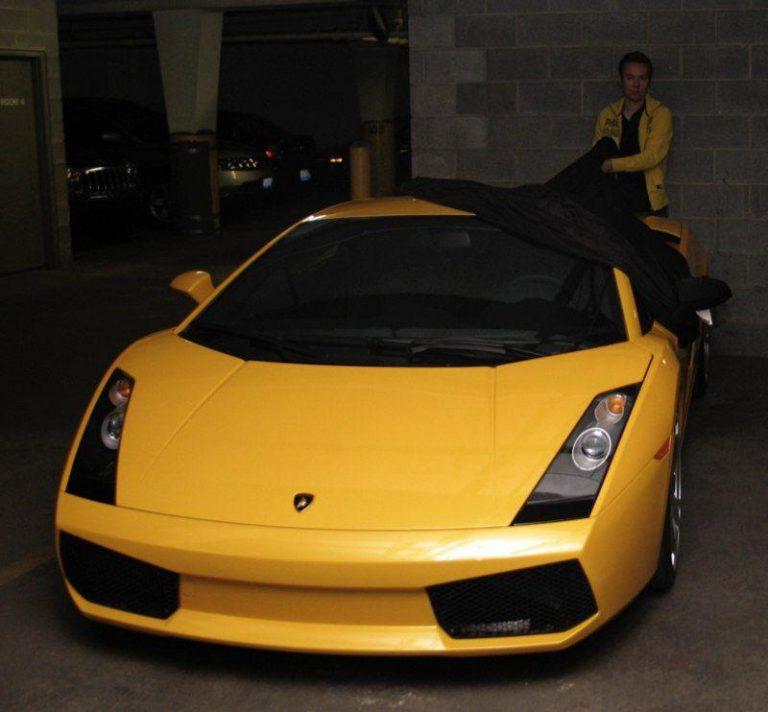 بعید است ندانید اما این ماشین یک لامبورگینی زرد است.