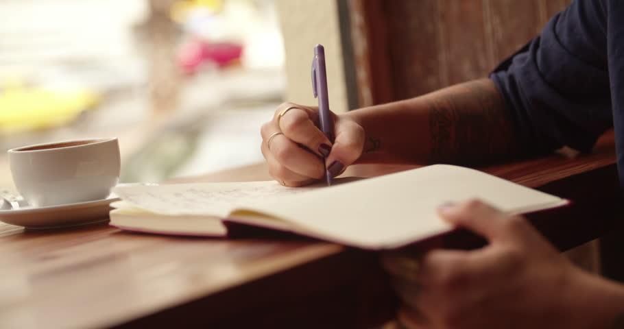مصائب یک نویسنده، از دور به اتفاقات نگاه کن