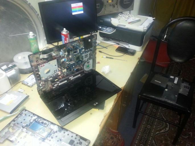 عکس زیر خاکی از اون زمان - در حال تعمیر لپ تاپ بودم