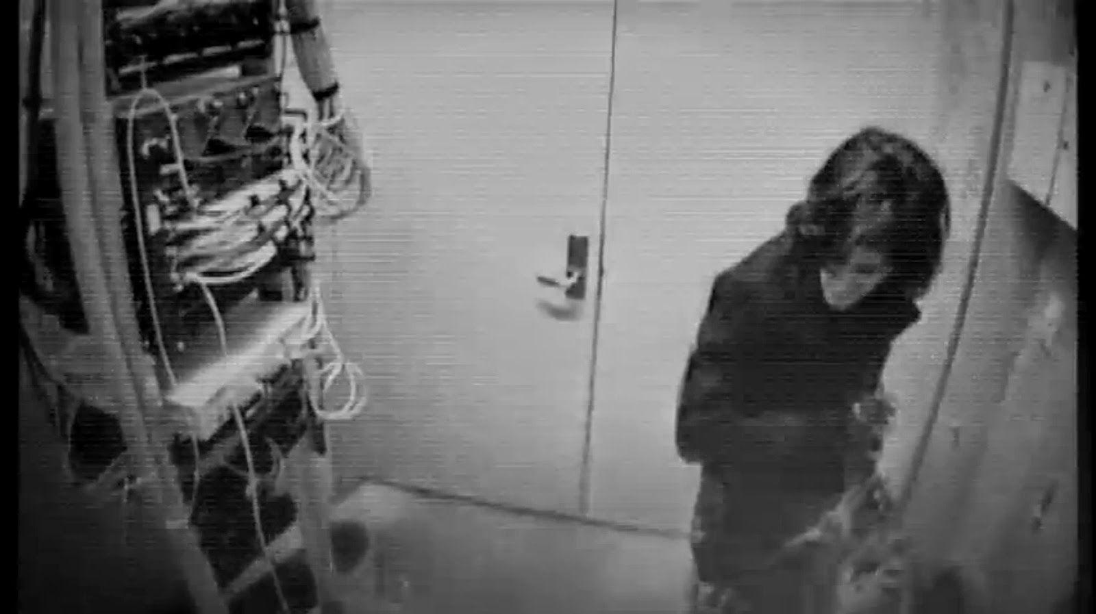 تصویری از آرون که در حال هک کردن سرور های دانشگاه بوده