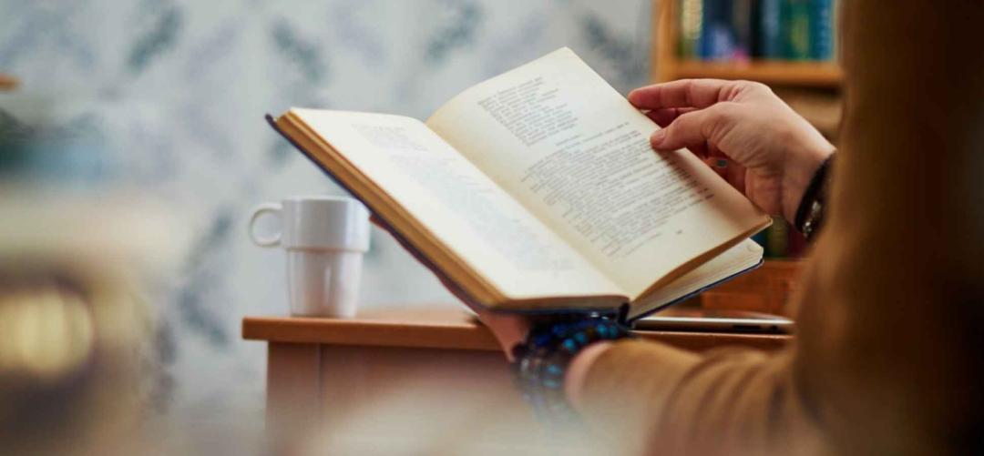 روزنامه فرانسوی فیگارو معتقد است کتابخوانی فایدههای زیر را دارد:
