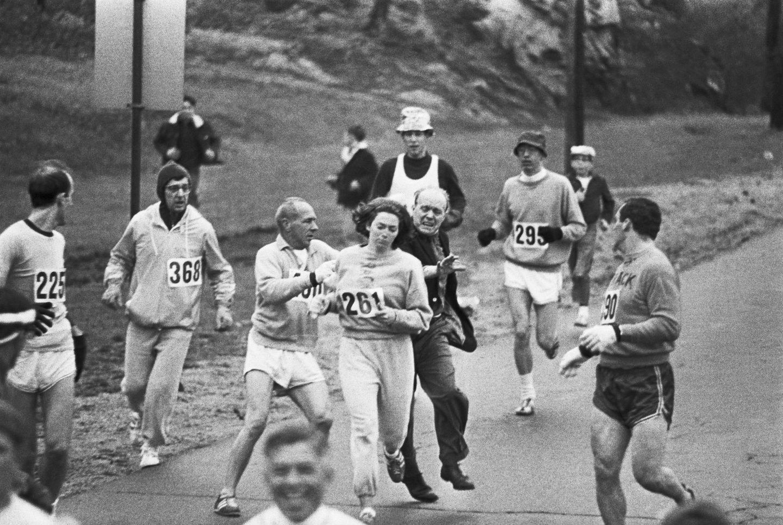 این تصویر تاریخی مربوط به سال ۱۹۶۷ است؛ زمانی نهچندان دور که زنان حق نداشتند در مسابقه دوی ماراتون شرکت کنند. در این تصویر کاترین سویتزر را میبینیم که با شماره رسمی در حال دویدن در مسابقات است و مسئول مسابقات که متوجه زن بودن او شده در حال بیرون کردن او از مسابقه است. سویتزر ماراتون را تا پایان ادامه داد و چند سال بعد این قانون تغییر کرد.