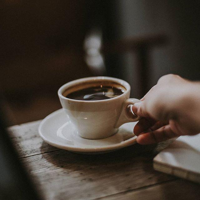 من می خندیدم، به فال، به قهوه...