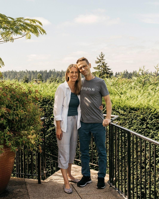 بنک در کنار همسرش، ایمی مزولیس