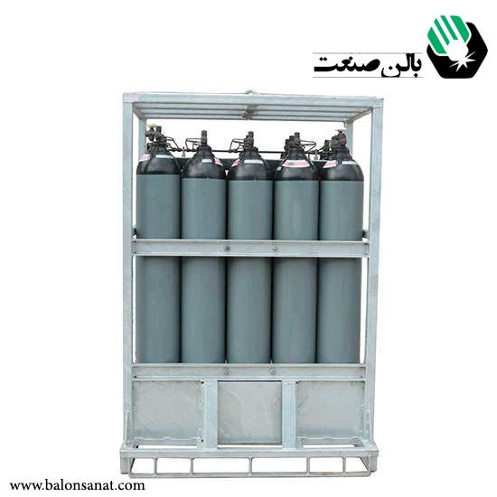 پالت اکسیژن  پالت اکسیژن یا باندل کپسول  معمولا با سیلندر های 40 لیتری اکسیژن ساخته می شود .  در برخی موارد سیلندر 40 لیتری اکسیژن نیز در باندل هوا قرار می گیرد .  باید توجه داشت سیلندر های اکسیژن 40 لیتری از نظر اندازه در دو مدل می باشند و برای ساخت باندل اکسیژن مد نظر قرار می گیرد.  ساخت باندل  اکسیژن از 2 تا 22 عدد انجام می گیرد .  مشخصات پالت اکسیژن  مشخصات فنی باندل اکسیژن  1 .تعداد سیلندر پالت اکسیژن :پالت 2 سیلندر،0 سیلندر،پالت 6 سیلندر،9 سیلندر،16 سیلندر، 20 سیلندر، 22 سیلندر 2 .نوع اتصالات باندل اکسیژن : اتصاالت جوشی – اتصاالت مقاوم در برابر تغییرات دمایی می باشد و در برابر خوردگی مقاوم است 2 .قطر لوله باندل 12 عددی 0 .خروجی باندل  24 عددی 0 .جنس لوله ها : استنلس استیل 240 6 .جنس بدنه پالت : نبشی 7 .نوع جوش : جوش آرگون 8 .فشار کاری اتصالات 9 .فشار تست اتصالات 14.قطر صفحه گیج 11.مدل گیج نمایشگر 12.نوع رنگ باندل اکسیژن 12.امکان جابه جایی پالت هوا با لیفتراک 10.امکان جابه جایی پالت هوا  با جرثقیل  برای ساخت پالت اکسیژن ، باندل سیلندر از تعدادی سیلندر هوا شارژ شده مطابق با در خواست مشتری استفاده می شود.  سیلندرهای اکسیژن میتوانند 40 لیتری یا 40 لیتری باشند.  تعداد سیلندرهای هوا میتواند از 2 تا 16 یا 22 و بیشتر باشد.  بعنوان مثال یک باندل 2 تایی از سیلندرهای هوا  40 لیتری با  فشار 244 بار حاوی 24 متر مکعب گاز اکسیژن می باشد.  بالن صنعت به عنوان تامین کننده انواع پالت کپسول اکسیژن ،  پالت هوا یا رک اکسیژن با توجه به سابقه چندین ساله اقدام به فروش انواع  پالت مخصوص کپسول هوا ، در سایزهای مختلف که تمامی این رک ها  دارای منیفولد استیل و لوله کشی حرفه ایی به صورت دو خروجی بوده  و تمامی ان ها دارای یکسال ضمانت فروش برای مصرف کنندگان  ،  عزیز شرکت بالن صنعت می باشد .  شما همکاران عزیز در هر کجای ایران که باشید  می توانید به صورت یک روزه جنس خود را در سراسر ایران تحویل بگیرید .  با بالن صنعت دست اول خرید کنید .لت اکسیژن  پالت اکسیژن یا باندل کپسول  معمولا با سیلندر های 40 لیتری اکسیژن ساخته می شود .  در برخی موارد سیلندر 40 لیتری اکسیژن نیز در باندل هوا قرار می گیرد .  باید توجه داشت سیلندر های اکسیژن 40 لیتری از نظر اندازه در دو مدل می باشند و برای ساخت باندل اکسیژن مد