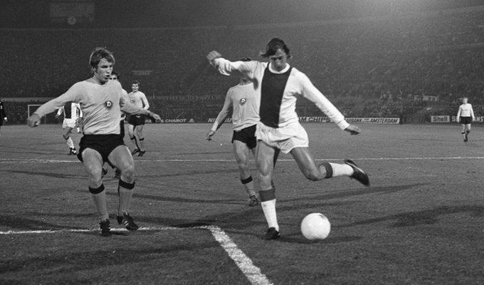 آیین عجیب و غریب یوهان کرایف، اسطوره ی فوتبال هلند، پیش از هر مسابقه کمی خشن بود – او باید با مشت خود به شکم یکی از هم تیمی هایش می کوبید و آن بنده ی خدا همیشه گرت بالس بود و نه هیچ کس دیگر.... آیین دیگر کرایف تف کردن آدامسش به زمین تیم حریف پیش از سوت آغاز بازی بود. گفته می شود در فینال جام اروپای 1969 برابر میلان، کرایف یادش می رود آدامسش را به زمین حریف تف کند همین می شود که تیمش 4-0 می بازد. بی چاره کرایف، عذاب وجدان این خرافه احتمالاً حسابی اذیتش کرده!