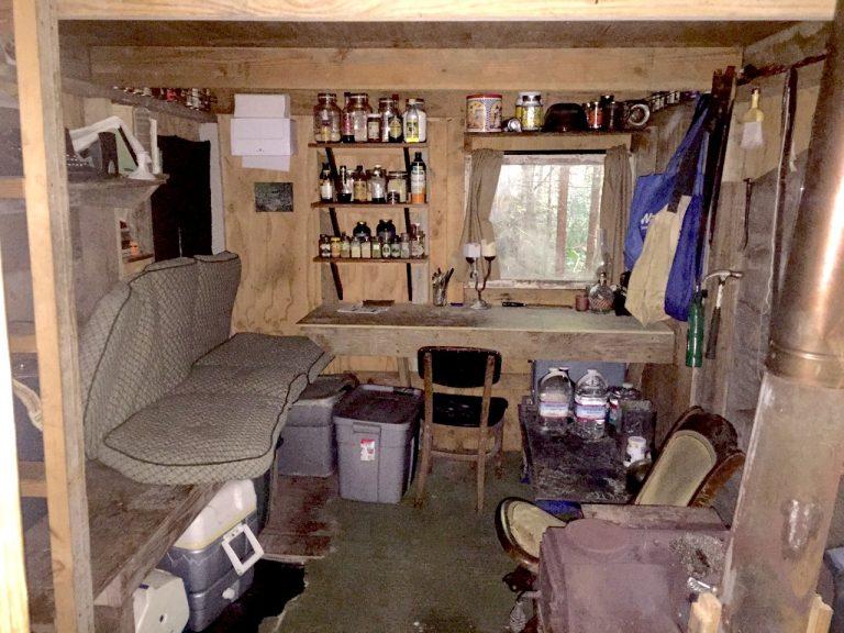درون کلبه تد در مونتانا پس از دستگیری، مواد منفجره، قطعات بمب، نسخه اصلی تایپشده مانیفست و یک بمب آماده برای ارسال پیدا شد