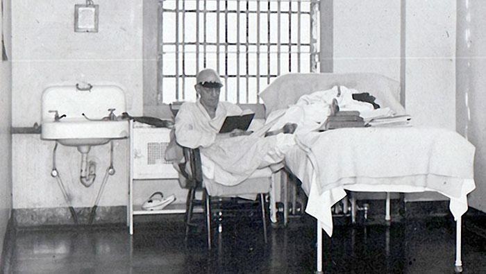 استراد در سلول بیمارستان زندان الکاتراز در حال مطالعه