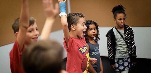 بازی نمایشی: دست بزن، بشکن بزن، پا بکوب