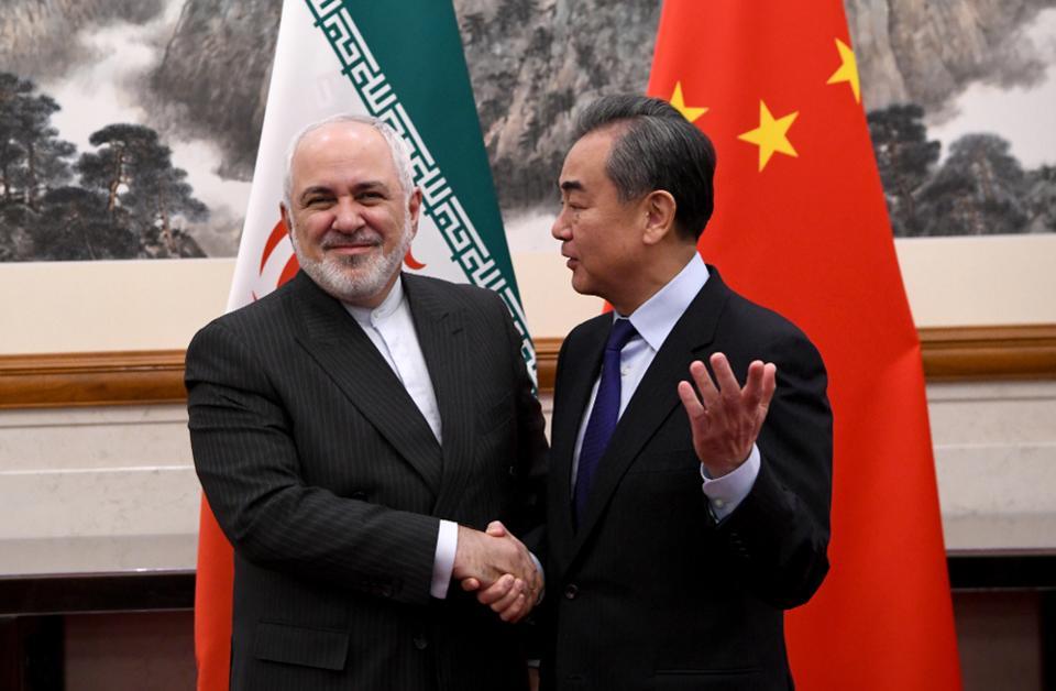 تصویری از وزیر امور خارجه چین، وانگ یی و محمد جواد ظریف، وزیر امور خارجه ایران