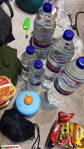 گوشه ای از خوراکی ها و وسیله های داخل کوله