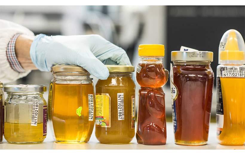 چگونه عسل طبیعی را از تقلبی تشخیص دهیم؟+چند روش جذاب