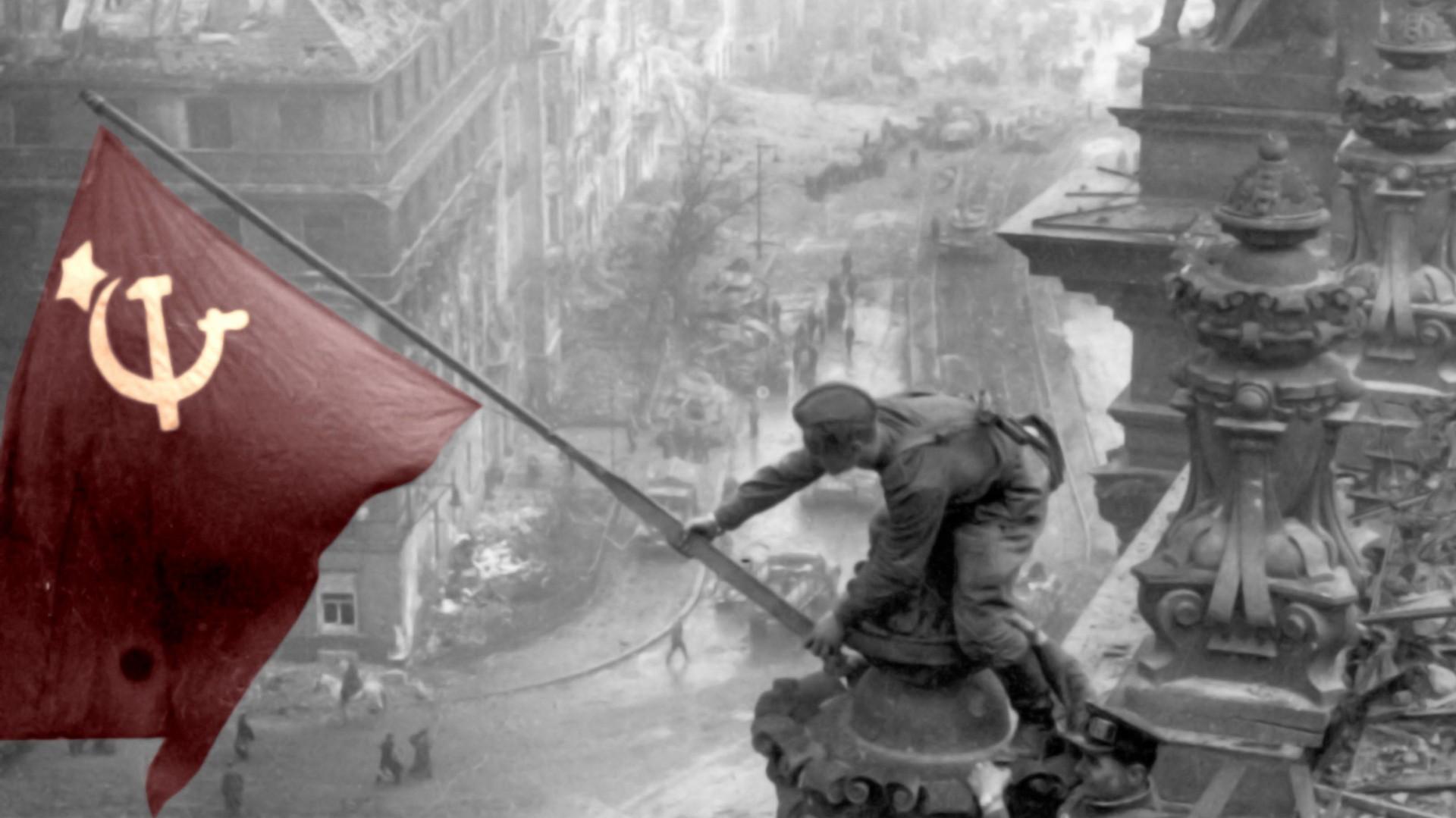 پرچم اتحاد شوروی بر فراز رایشستاگ برلین