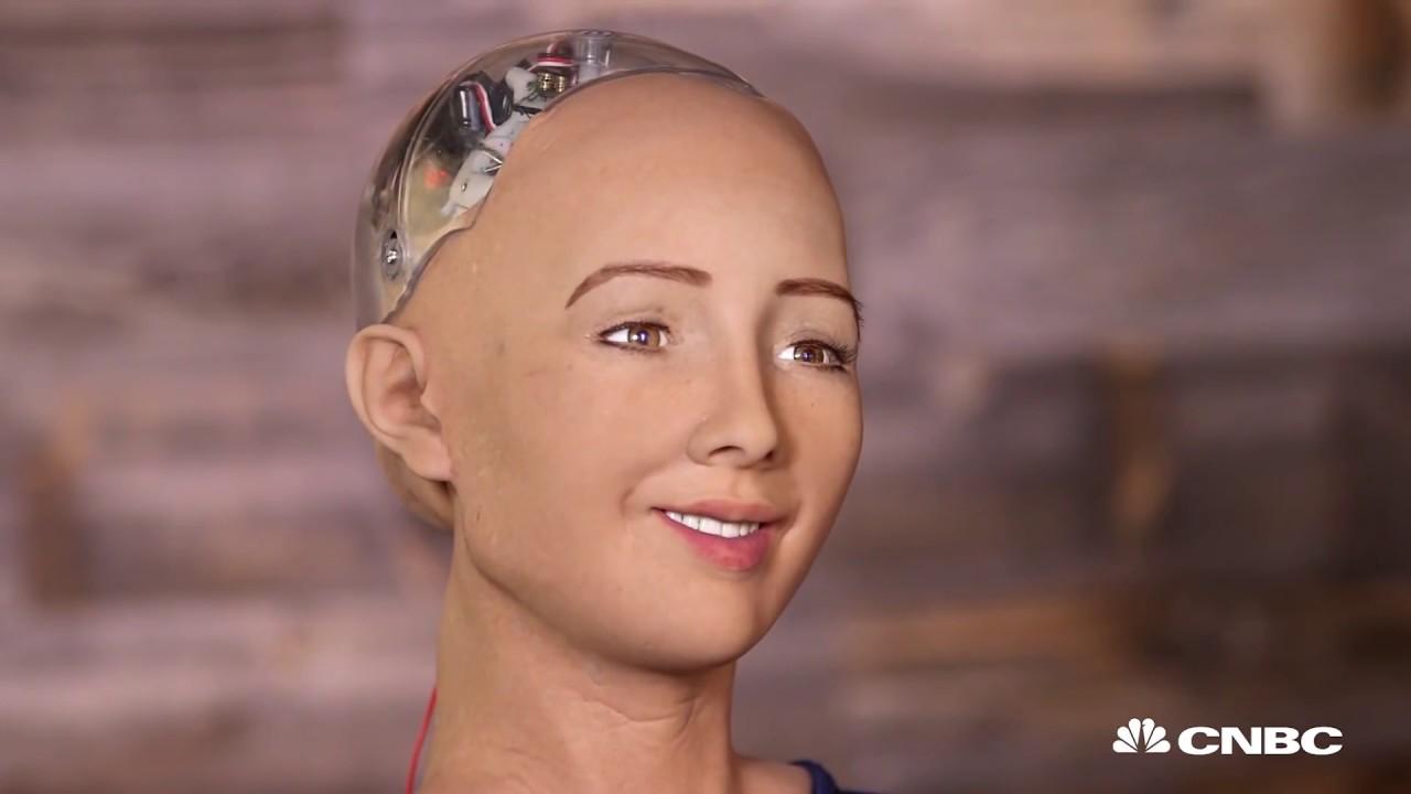 ربات سوفیا. استفاده از ظاهری شبیه انسان برای القای باهوش بودن آن.