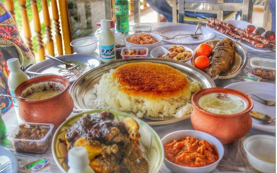 شکم گردی در سرولات فقط به غذاهای محلی آن محدود نمی شود اینجا می توانید با گشتی در روستا با طعم پرتقال های آبدار و خوشمزه، ترشی های محلی، لواشک ها و آلوچه های محلی، نان های خانگی، سبزی های تازه محلی و ... آشنا شوید. اهای محلی