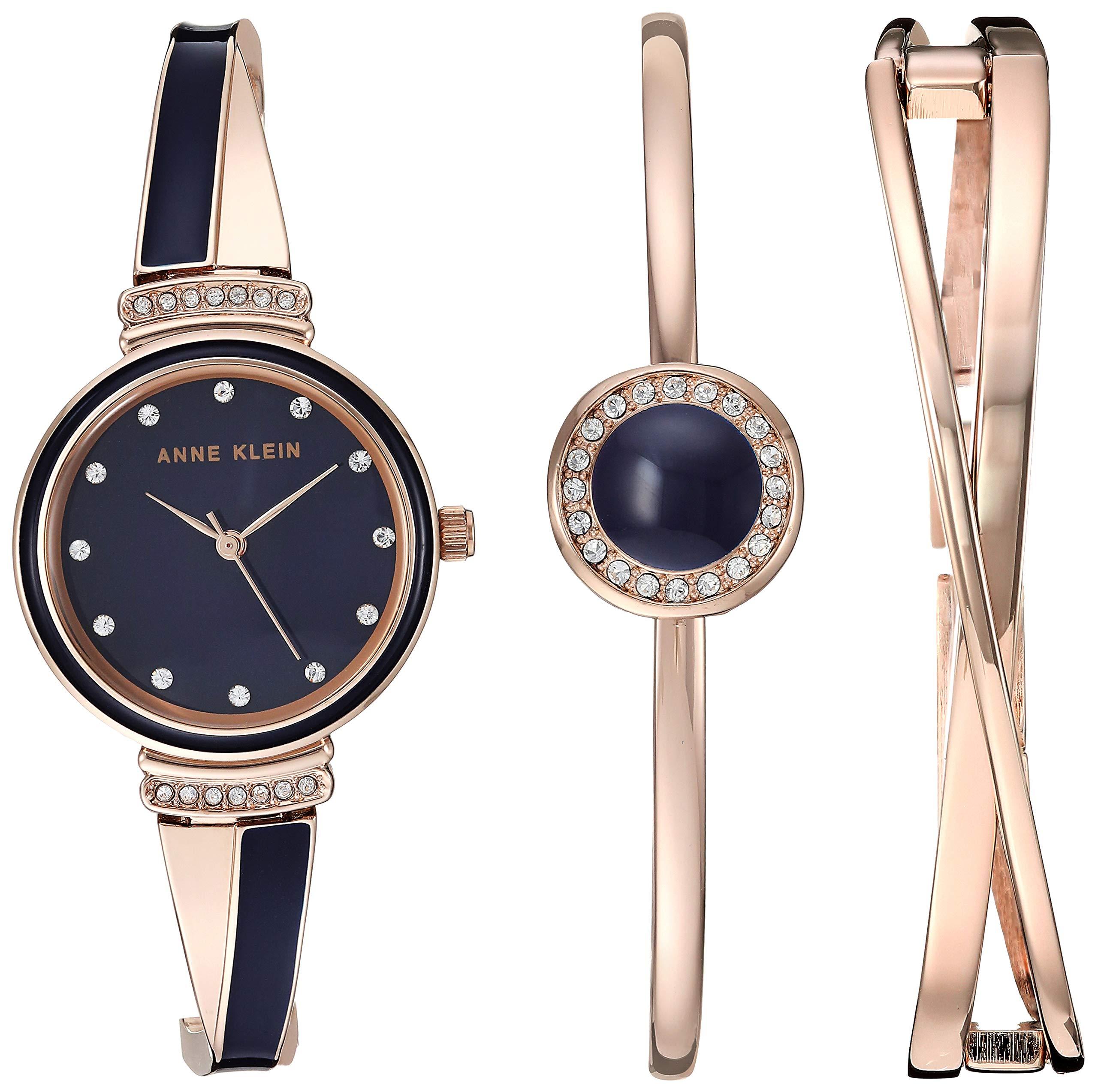 ست ساعت و دستبند Anne Klein که از کریستال های Swarovski در ست خود استفاده کرده است. قطر صفحه ساعت، ۲۶ میلیمتر بوده و ضد آب است
