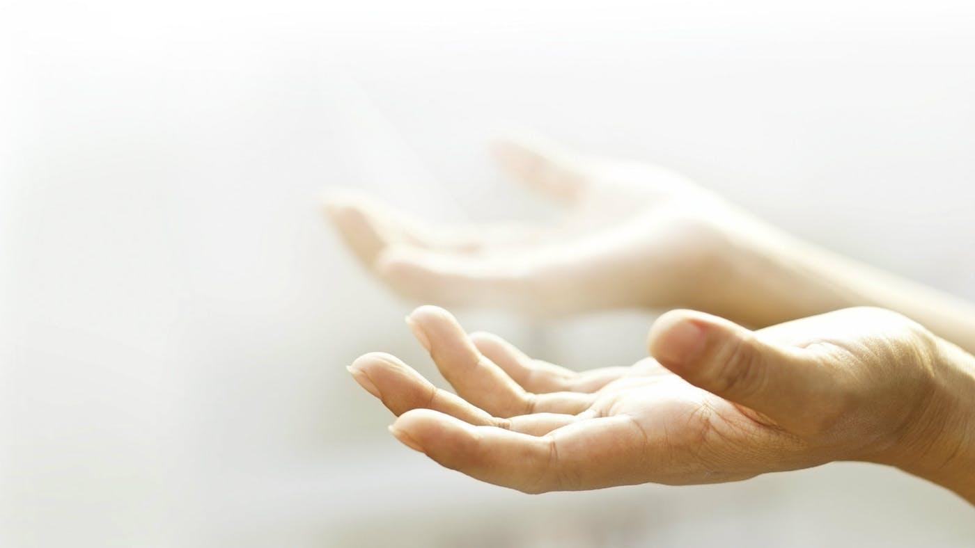 چرا هنگام دعا دست ها را رو به آسمان می گیریم؟