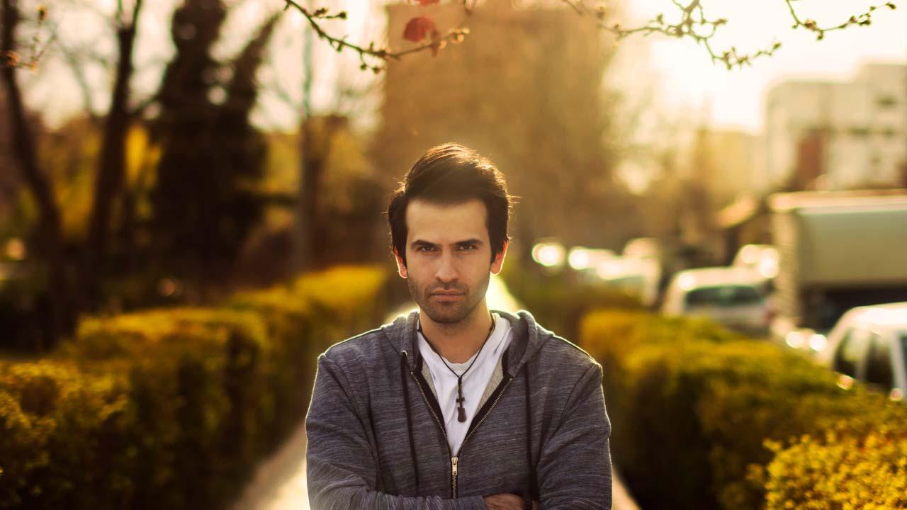 محمد یوسفیان در حال ژست برای عکاسی پرتره رضاصاد