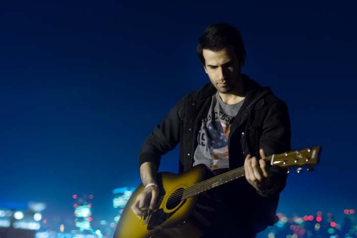 محمد یوسفیان در حال نواختن گیتار | عکاس : رضاصاد