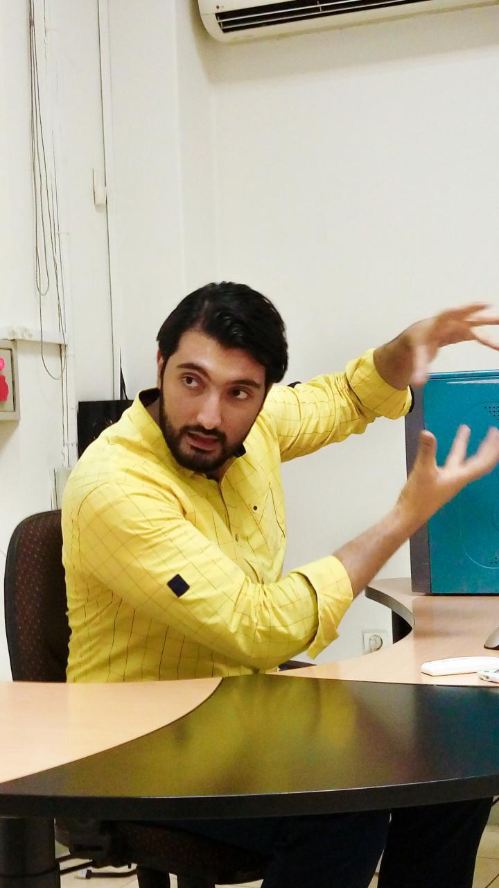 محمدرضا صادقی معروف به رضاصاد در حال تدریس در دانشکده هنرهای زیبا دانشگاه تهران