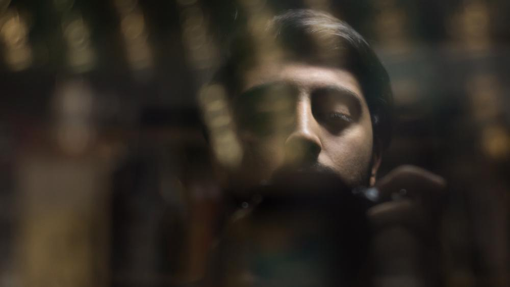 سلفی رضاصاد یا محمدرضا صادقی با شیشه کتابخانه - چالش سلفی های هنری