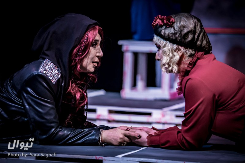 نقد تئاتر خروج ممنوع / اجرایی برتر از یک متن فاخر