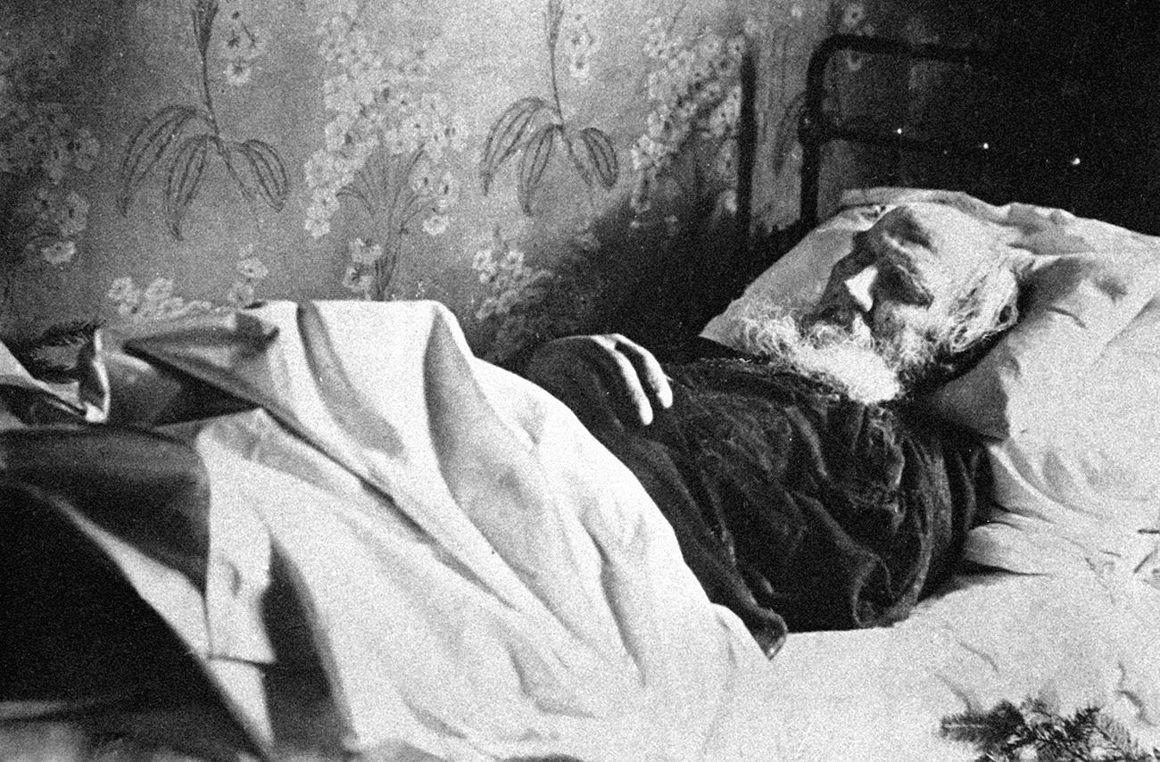 لئون تولستوی در بستر مرگ