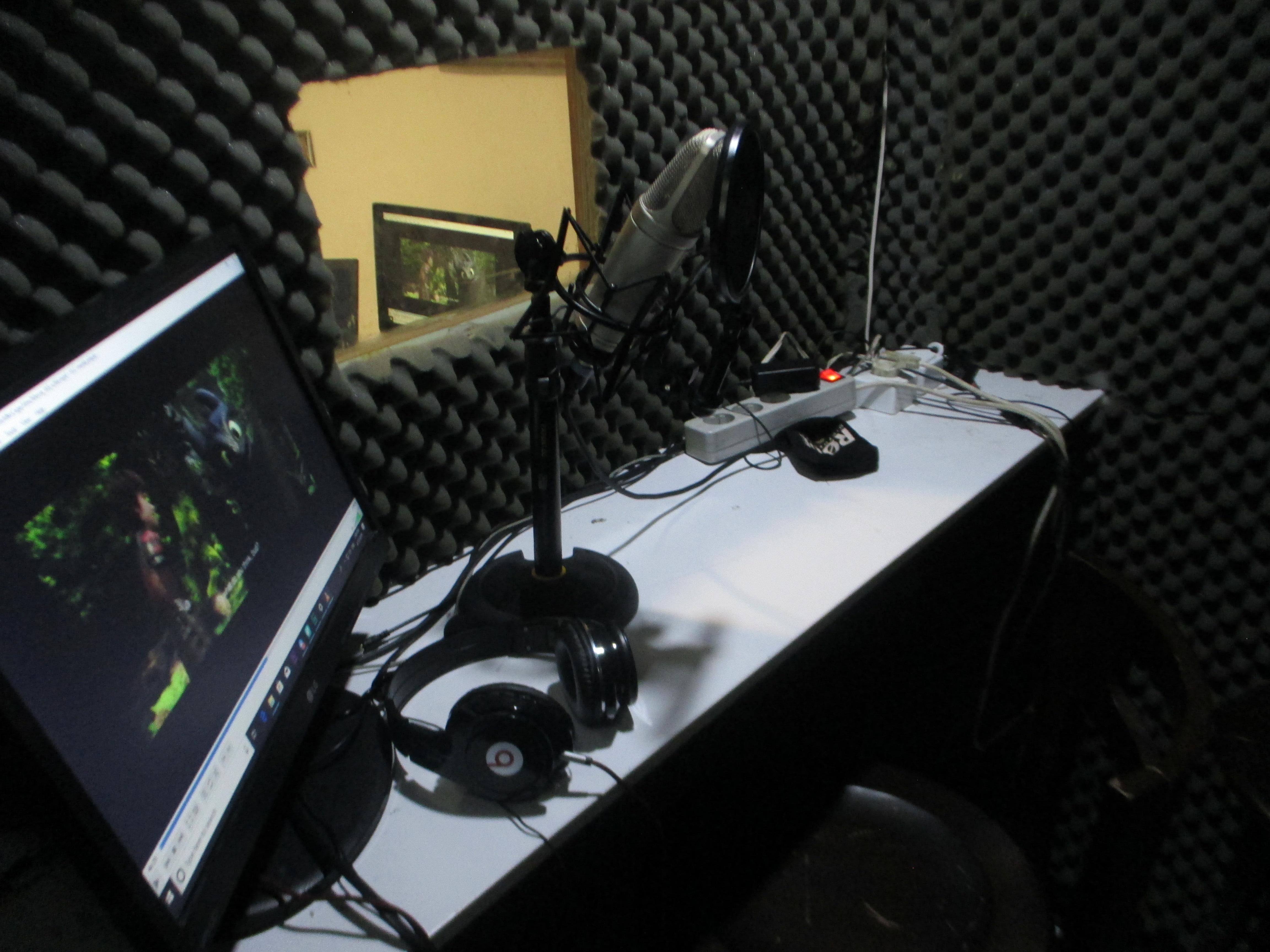 استودیو ما مجلل نیست ولی ما توش خود خود واقعیمونیم :)