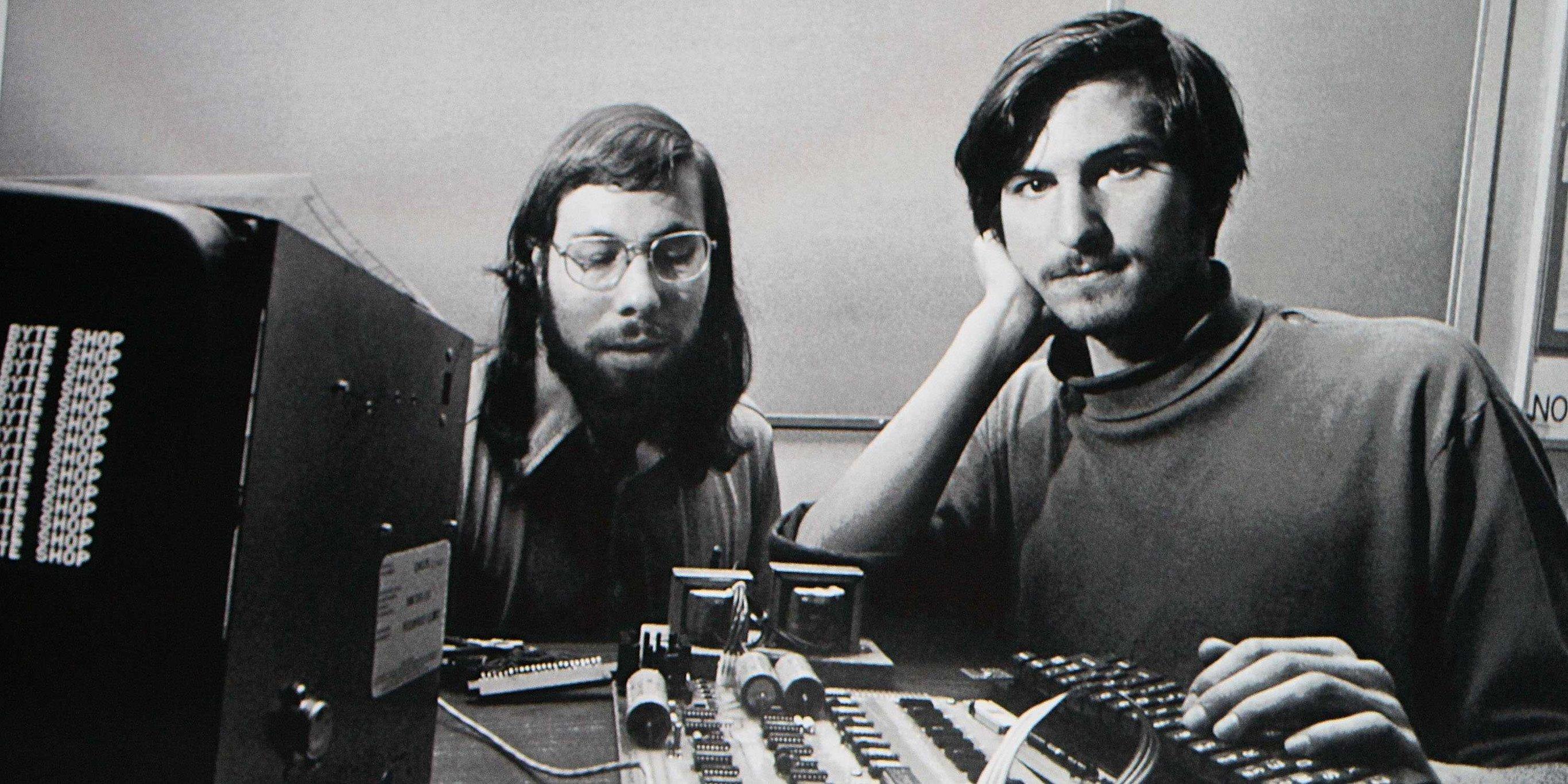 سمت راست استیو جابز و سمت چپ استیو وزنیاک
