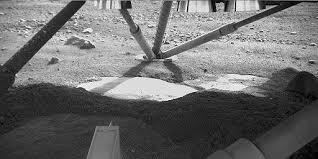 تصویر پایه های مریخ نورد فینکس لندر در قطب مریخ