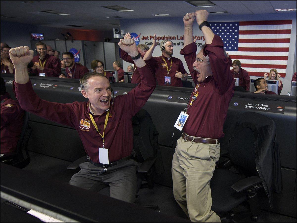 لحظه ی فرود موفقیت آمیز مریخ نورد InSight - اتاق کنترل ناسا