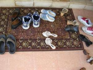 قانون میگه کفش هاتون رو تو راه پله نذارین!