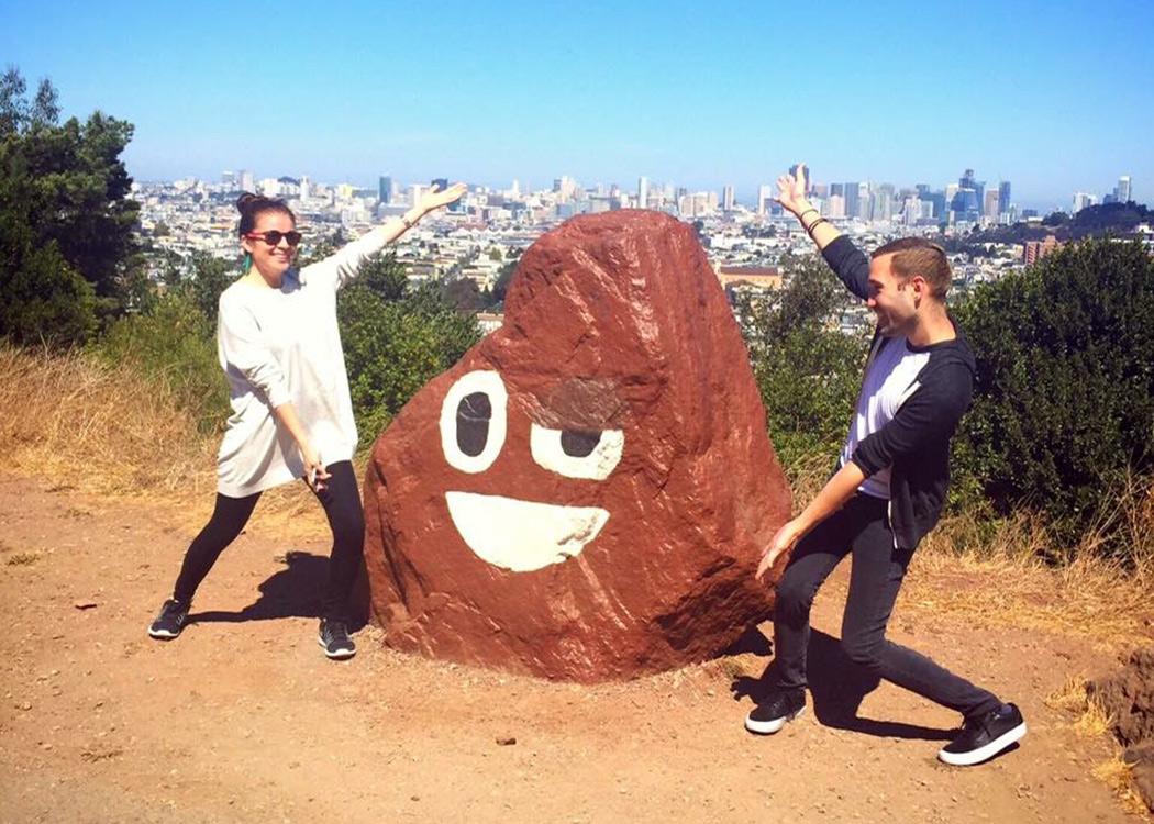 وقتی این سنگ همیشه در حال تغییر را در Bernal Height Park در سانفرانسیسکو دیدم، هم من و هم ریموند باید احترام خاصی به پیالهی مدفوع جادویی میگذاشتیم. عکس در ۲۰۱۶ گرفته شده است.