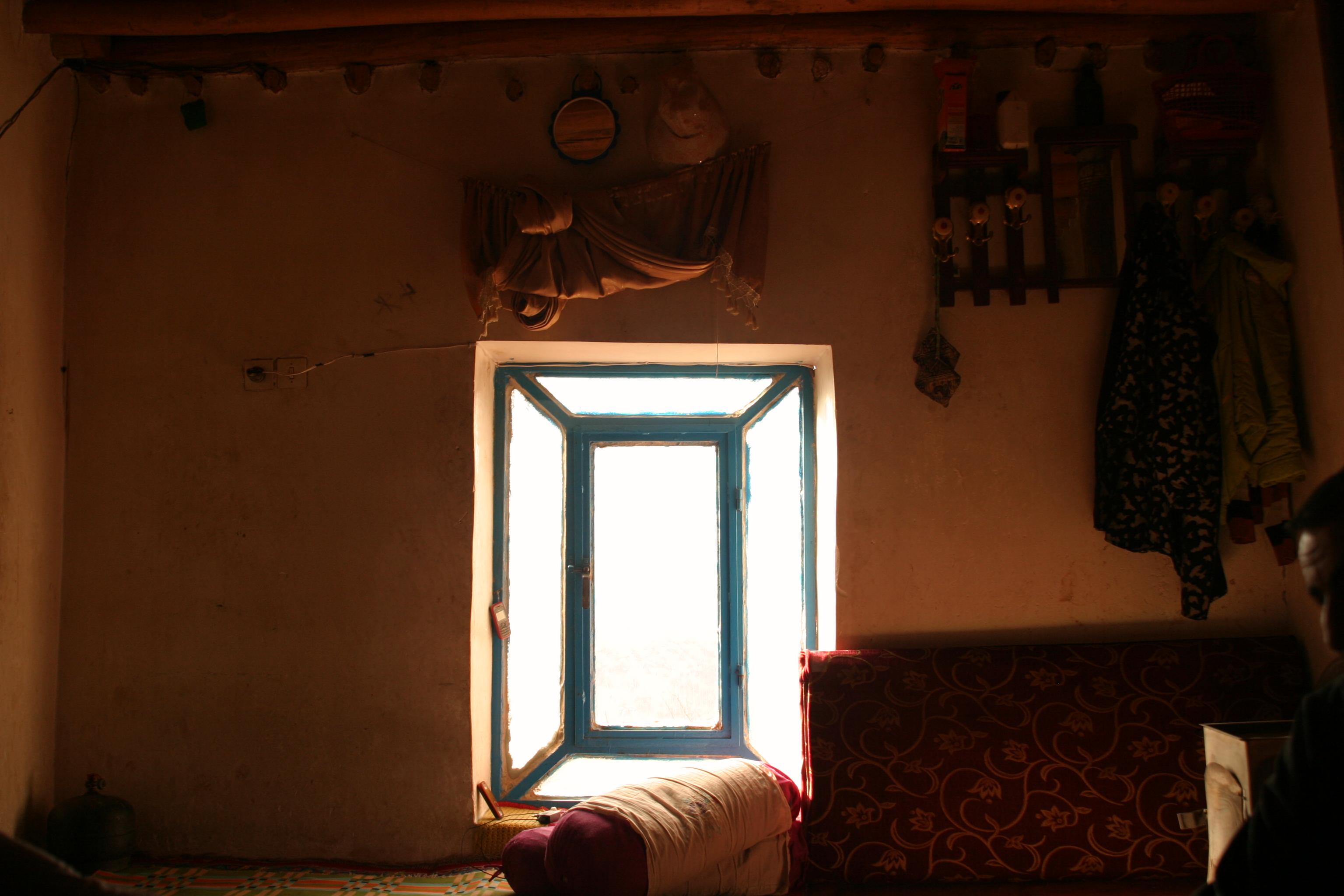 شاید فکر کنید پشت این پنجره اتفاق جدیدیست، یا زندگی در جریان است؛ اما شما فقط امیدوارید که اینگونه باشد!