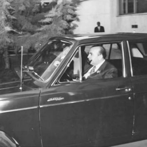 نخستوزیر امیرعباس هویدا راننده نداشت و با پیکان خود به سر کار میرفت.