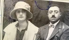 . تصویر  از امان الله خان و همسرش در سفرهای اروپایی ست.