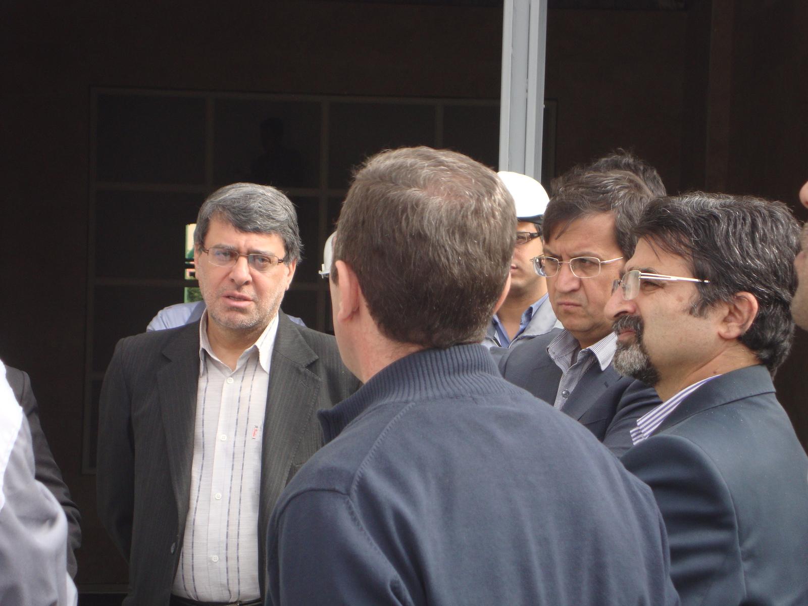بازدید مدیران.از سمت راست:مدیرعامل شرکت-مدیر عامل بانک-معاون اجرایی(پشت به دوربین)-رییس هیات مدیره شرکت