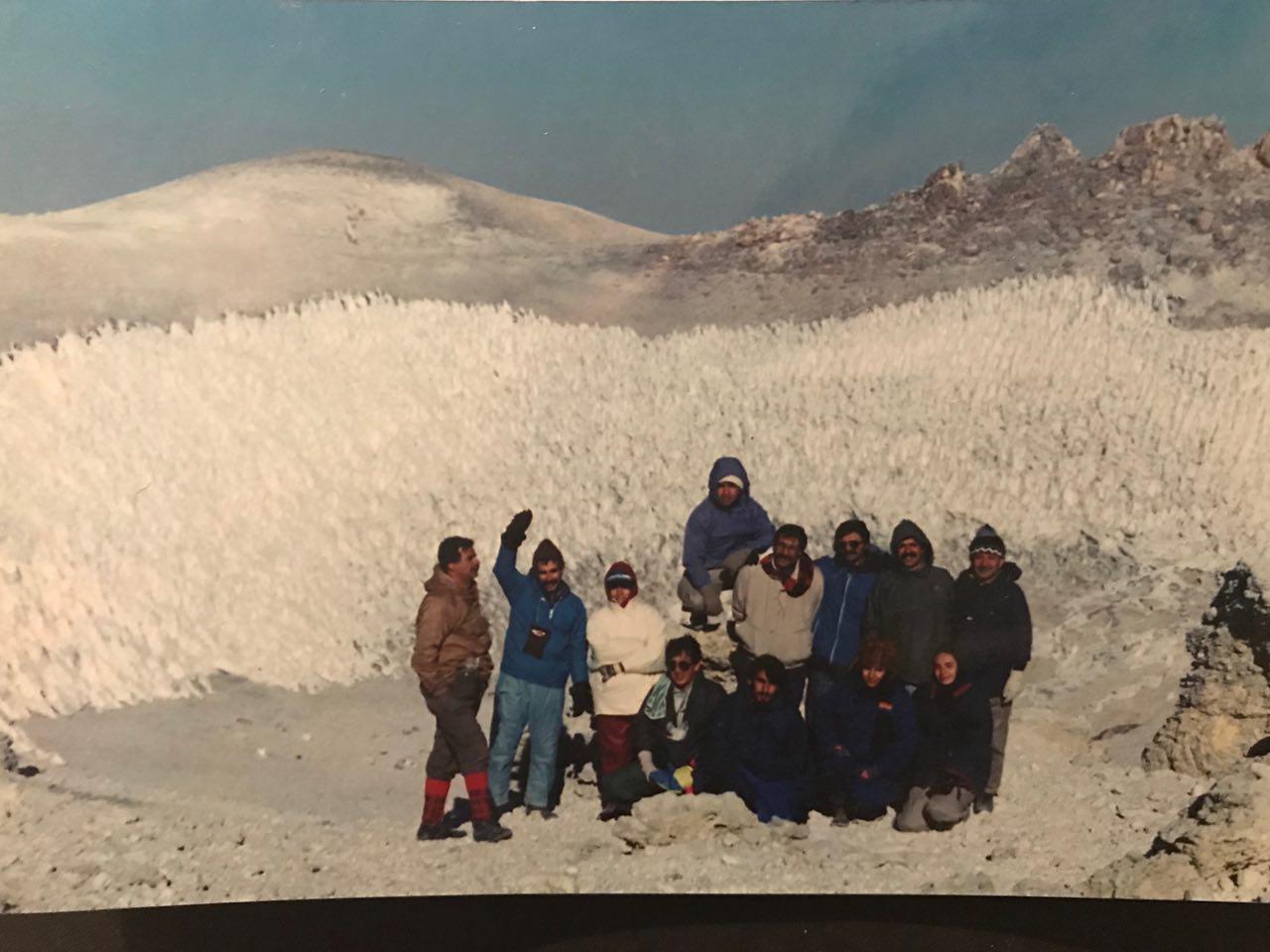 کاسه درون قله دماوند( ایستاده از راست نفر سوم)