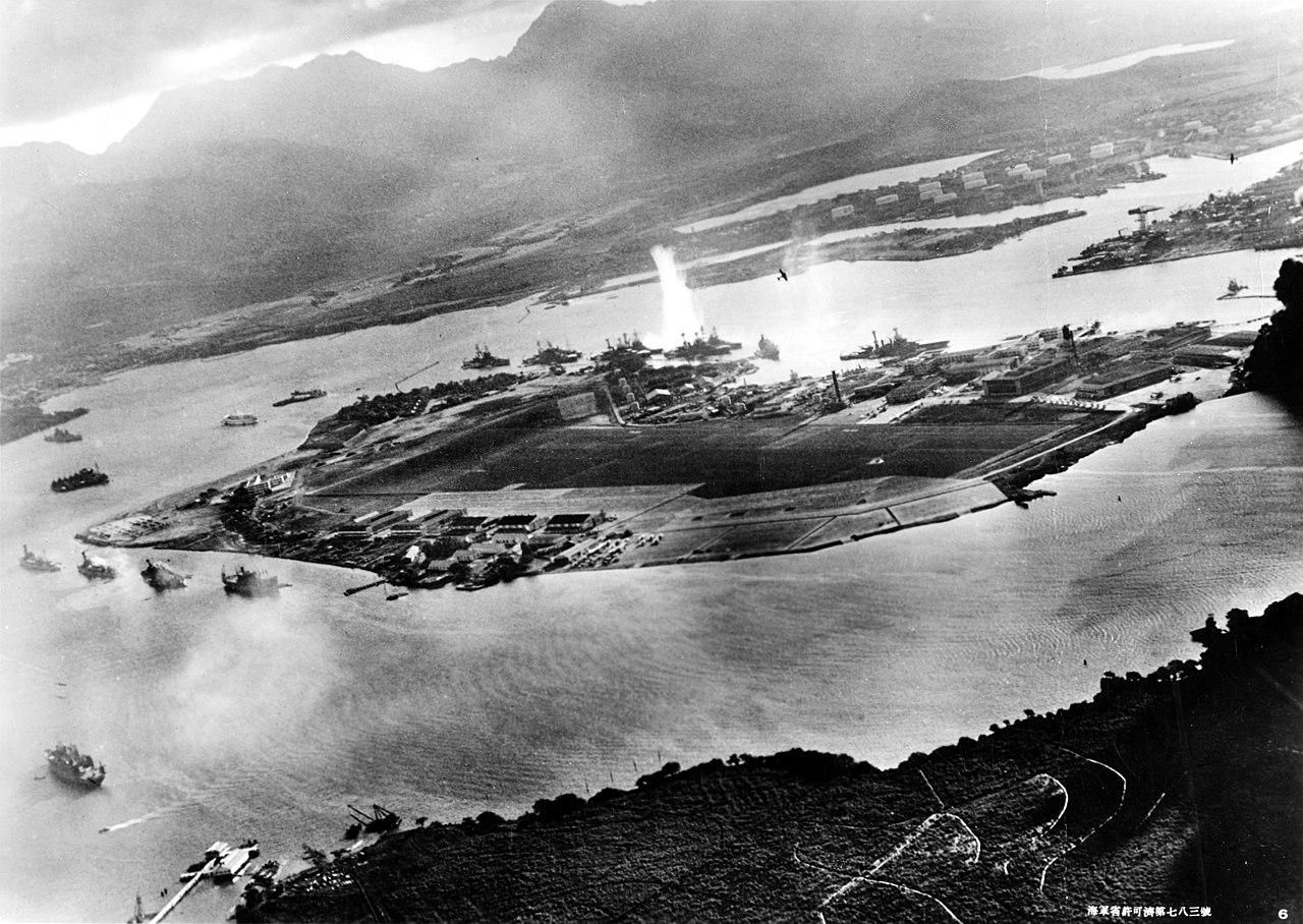 جنگندههای ژاپنی در حال بمباران خلیج پریل؛ عکس از یک هواپیمای ژاپنی گرفته شده است