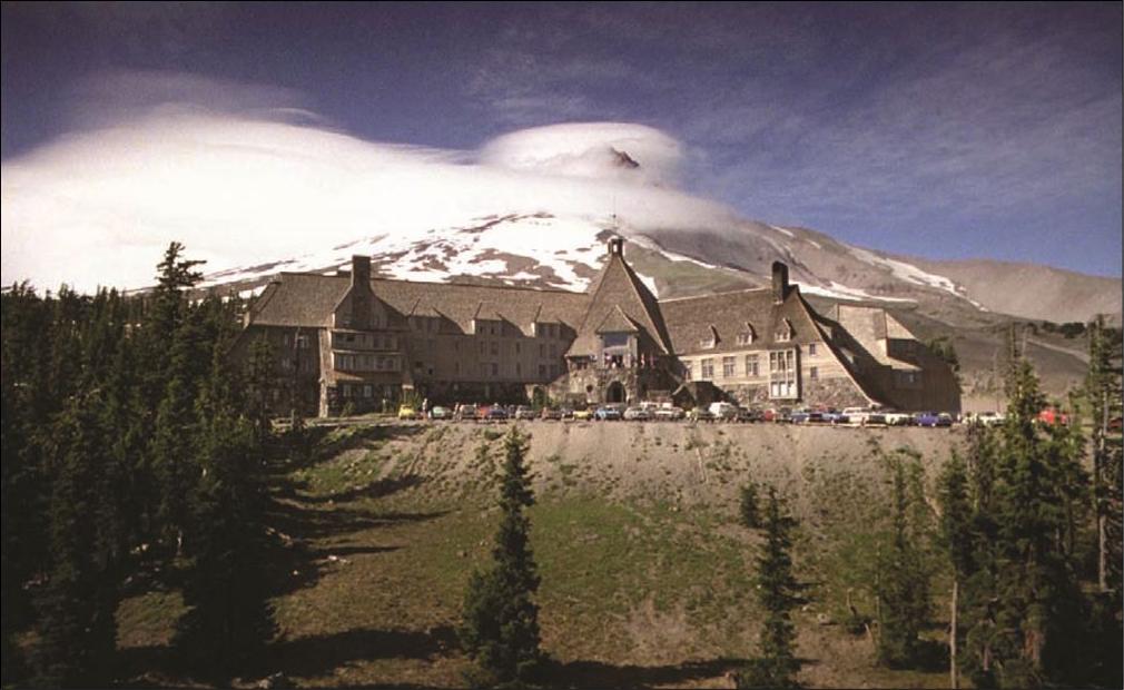 یک نمای معرف از The Shining. این نما اطلاعات زیادی در مورد سایز، مکان، و ترکیب هتل میدهد که خود اساسا یک شخصیت اصلی محسوب میشود. همچنین این نما نمونهای از یک واید شات نیز میباشد.