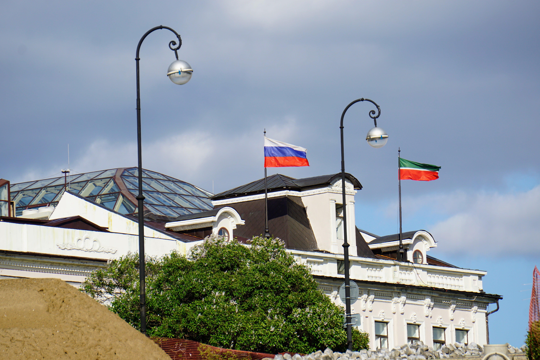 راست: پرچم تاتارستان چپ: پرچم روسیه