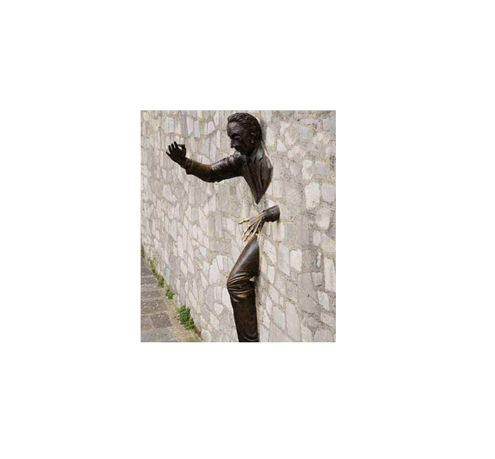 مجمسه مردی که از دیوار عبور می کند ساخته مارسل آیمه(پاریس)