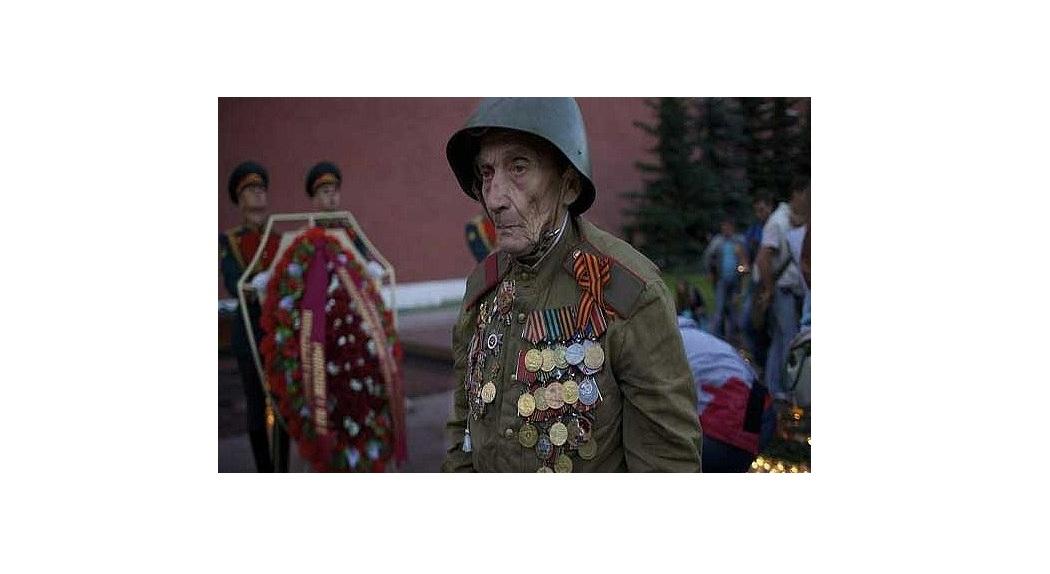 کهنه سرباز روس جنگ جهانی دوم در مراسم بزرگداشت هفتاد و یکمین سالگرد حمله آلمان نازی به شوروی در میدان سرخ مسکو