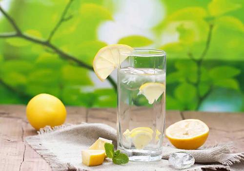 فواید نوشیدن آب با لیمو