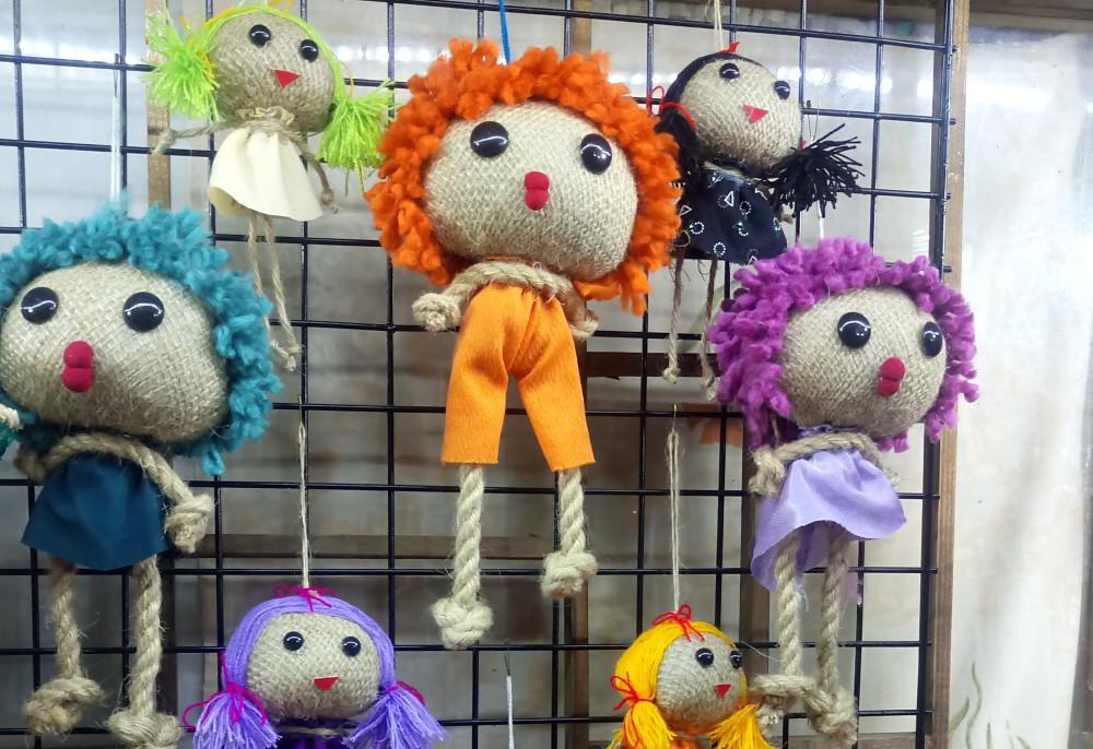 در جایی که نمیدانم کجاست، این عروسکها را می فروخت. حتما جای شلوغی بوده.