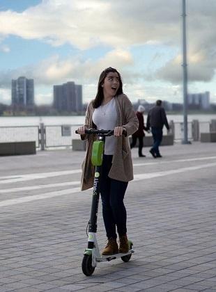 هنگام استفاده از اسکوتر برقی لازم است توجه پیوسته به جاده معطوف بوده و از نگاه کردن به اطراف خودداری شود.
