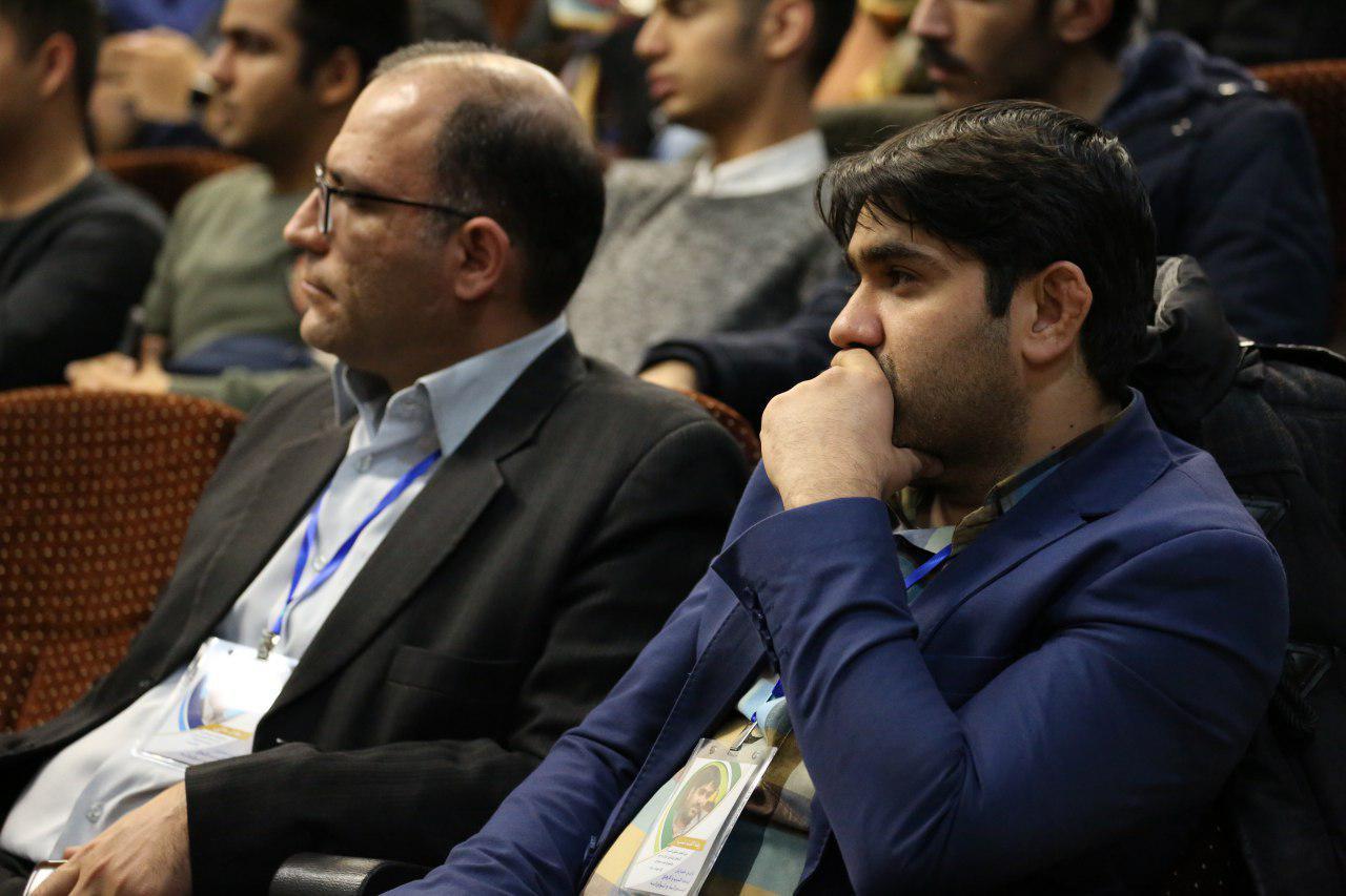 این عکس ربطی به جشنواره وب و موبایل ایران ندارد. مال همایش آینده فناوری های نوآورانه است که هفته پیش در آن شرکت داشتیم! من و جناب الفت نسب، سخنگوی اتحادیه کسب و کارهای فضای مجازی هستیم.