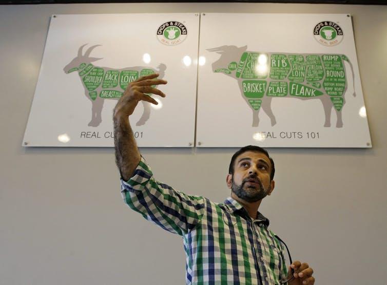 گل محمد در فروشگاهش خود در نیوجرسی درباره گوشت حلال به مشتریان توضیح میدهد. فروشگاههایی نظیر این قصابی با بهرهگیری از فناوری بلاک چین میتوانند از مبدا گوشت و حلال بودن آن اطمینان حاصل کنند.